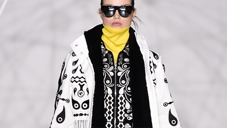 女模特身穿 Holly Fulton 时装走台